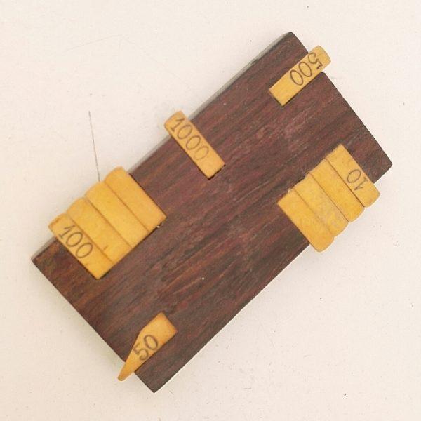 Ancien compteur de points en bois, lamelles amovibles en bambou. Destiné aux jeux de cartes type, belote, bridge. Rayures d'usages. Languettes légèrement gondolées sans gravité. Bon état général. Dimensions : 9 x 5 cm