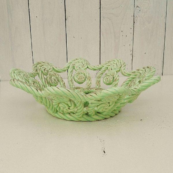 Coupe à fruits ou centre de table en céramique torsadée, provenant de Vallauris. De couleur vert d'eau avec des dorures partiellement effacées. Très bon état. Diamètre : 29,5 cm Hauteur : 8 cm