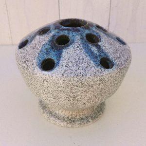 Ancien pique fleur Accolay en céramique dans les tons de bleus-gris, datant des années 50-60. Signé Accolay sur le dessous. Quelques micros égrenures au col central. Très bon état. Hauteur : 11,5 cm Diamètre : ~14 cm