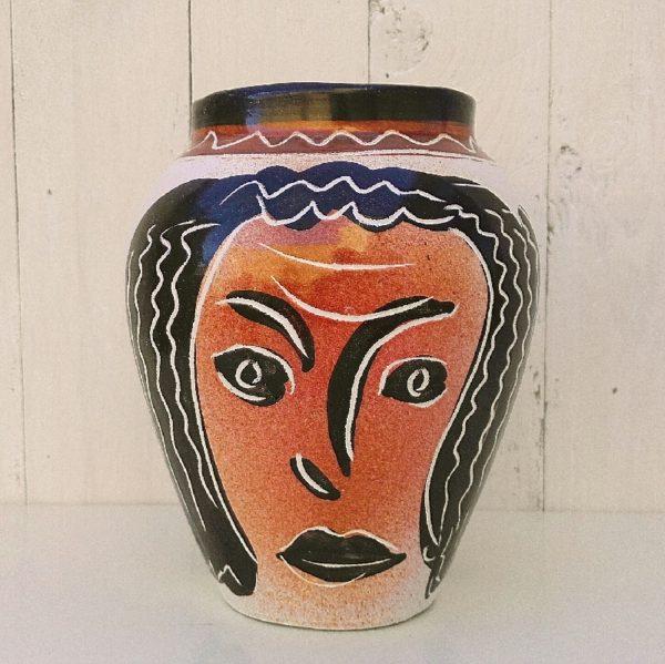 Vase en céramique par Jacques Sagan à Vallauris, représentant deux visages de femmes. Quelques défauts d'émaillage d'origine. Quelques égrenures sur le col. Très bon état. Hauteur : 21 cm Diamètre col : 12 cm