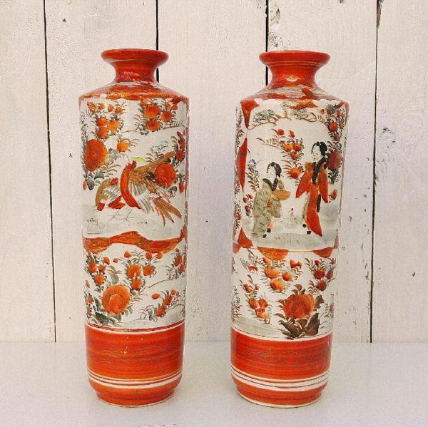 Paire de vase de forme rouleau, en porcelaine japonaise Imari. A décor de japonaises se promenant, orné de végétaux et oiseaux. Signature sur le dessous. Très bon état. Hauteur : 24,5 cm