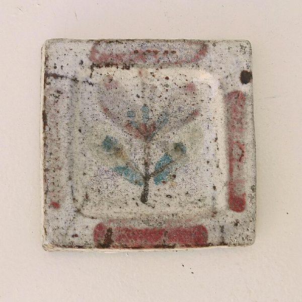 Petit vide poche en céramique, au décor de fleur bleue, par Gustave Reynaud atelier le mûrier Vallauris. Excellent état. Dimensions : 10,5 x 10,5 cm