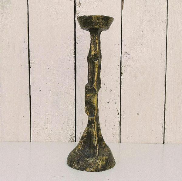 Ancien pique cierge ou bougeoir brutaliste en fonte de fer dorée patinée datant du XXéme siècle. Très bon état. Hauteur : 25 cm