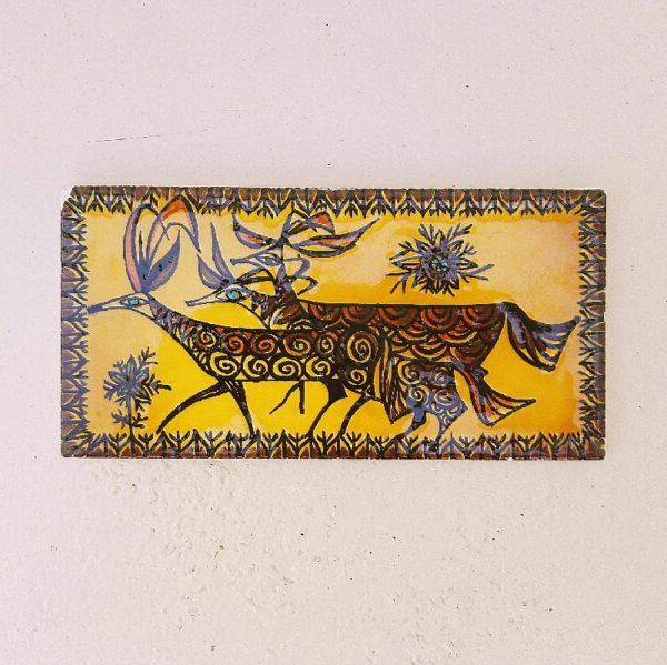 Paire de carreaux procéram d'Aubagne, représentant des animaux fabuleux façon peintures rupestres. Un carreau est signé Philippe Jenvrin. Quelques égrenures sur le contour des carreaux et un éclat sur un coin d'un carreau. Très bon état. Dimensions : 20 x 10 cm