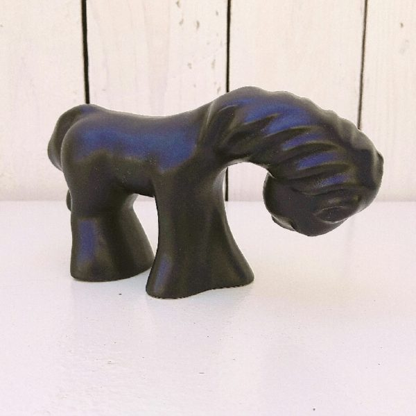 Cheval en céramique noire satinée datant des années 60 faisant penser au travail de Colette Guéden. Excellent état Hauteur : 8 cm Longueur : 15 cm