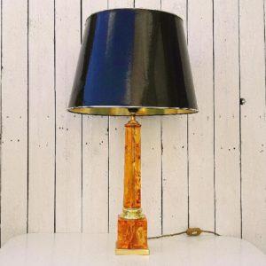 Grande lampe en résine par Pierre Giraudon au design fractale. Editée par art-lux, datant des années 70. Base en métal doré ainsi qu'une bague cerclant la lampe. Abat jour noir laqué et doré d'origine. un petit manque sur le socle. Très bon état. Hauteur avec abat-jour : 70,5 cm Hauteur sans abat-jour : 50 cm