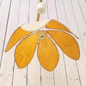 Lustre suspension vintage représentant une fleur de lotus. Les corolles de pétales sont effet liège bordées d'un cerclage doré. Excellent état Diamètre : 43 cm
