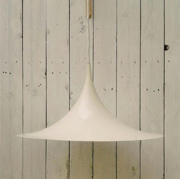 """Suspension danoise, modèle """"Semi"""" par Claus Bonderup & Torsten Thorup, produite par Fog & Morup au Danemark. Elle est en aluminium laqué blanc . Une légère déformation sur le rebord. Très bon état général. Diamètre : 47 cm Hauteur : 65 cm"""