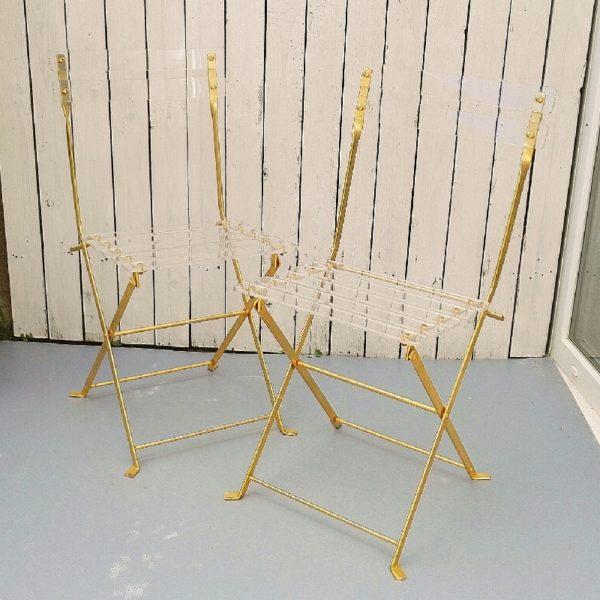 """Paire de chaises pliantes """" Les invisibles"""" créées par Yonel Lebovici et Bernard Berthet aux Édition Marais Group international dans les années 70, en métal de couleur dorée, assise et dossier en lattes de méthacrylate transparent. Finitions et qualité exceptionnelles. Chaque latte est vissée et se termine par un cabochon écrou en laiton. Très belle épaisseur des lattes de méthacrylate. Elles ont à peine servi. Excellent état. Hauteur totale : 81 cm Hauteur assise : 45 cm Largeur. : 38 cm Profondeur : 44 cm"""