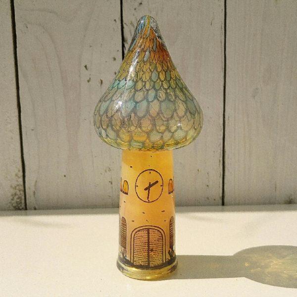 Eglise à la forme de champignon en verre soufflé par Vera Walther. Verrerie allemande. Excellent état. Hauteur : 17 cm