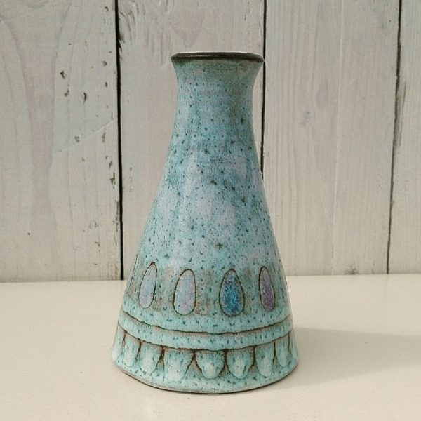 Pied de lampe en céramique crée par Danuta Le Hénaff Dans les tons de vert/bleu turquoise. Un trou sur au niveau de la base pour faire passer le fil. Quelques défauts de cuisson sur e dessous sans gravité et quelques égrenure sur la base, non visible une fois posé. Très bon état Hauteur : 14,5 cm