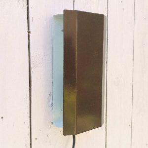 Applique volet datant des années 70, design scandinave E.S Horn/S.Aalestrup. En métal peint de couleur marron et blanc. Deux accroches sur l'arrière, électrification d'origine. Petites rayures et traces d'usage. Bon état général Hauteur : 10,5 cm Longueur : 20 cm