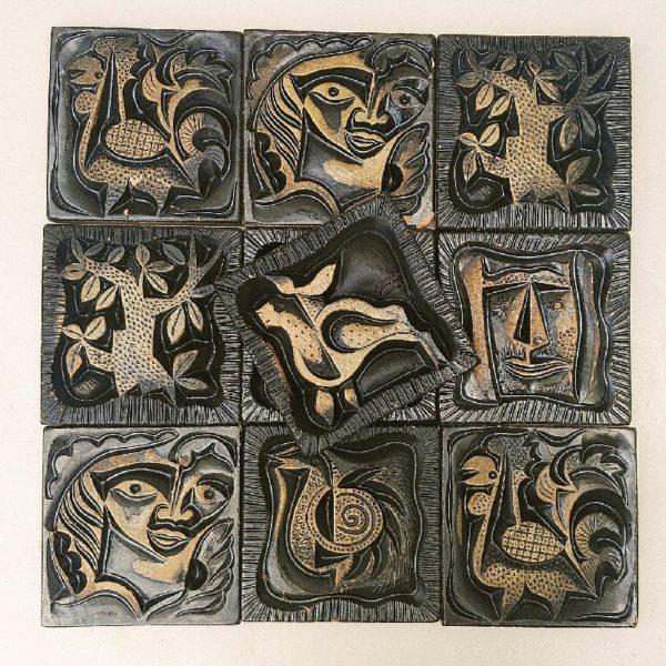 Lot de dix carreaux de céramique noire irisée avec un petit effet mordoré par Boleslaw Danikowski pour les créateurs de meubles Guillerme et Chambron, représentant des personnages,arbres et animaux. Deux carreaux ont été cassé et recollé, deux gros éclats sur un carreau. Des égrenures sur l'ensemble des carreaux. Très belle facture. Bon état général pour l'ensemble. Dimensions carreau : 14 x 14 cm