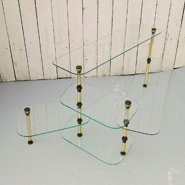 Etagère présentoir datant des années 50-60. Structure en laiton doré et étagères en verre épais dont une amovible sur le bas. De très belle facture. Entièrement démontable. Quelques traces de rayures d'usage. Très bon état. Hauteur : 41,5 cm Longueur max : 103 cm Profondeur max : 60 cm Dimensions des étagères : Deux font : 78 x 21 cm et les trois autres font : 35,5 x 22 cm