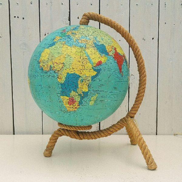Lampe globe terrestre datant des années 60, par Audoux Minet. Support tripode entouré de cordage, le globe est en verre recouvert de la mappemonde en papier de la marque Carte Taride. Electrification d'origine. Très légères jaunissures sur la mappemonde. Excellent état. Hauteur : ~37 cm