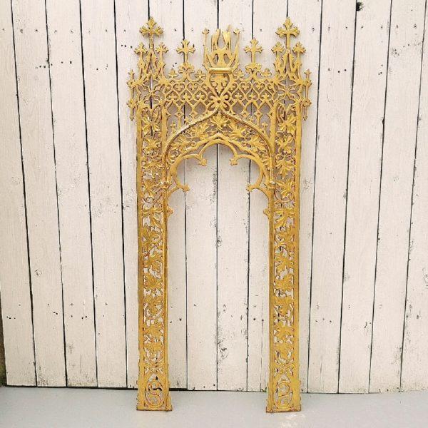 Ornement orientaliste en bois et stuc doré datant de la fin XIXéme . Des éclats sur le stuc et le bois doré, quelques fentes sur la structure, un morceau est manquant mais je le possède, et le haut est cassé.. Il sera d'un plus bel effet sur un mur, ornement hautement décoratif. Dans son jus. Hauteur : 117 cm Largeur : 52,5 cm
