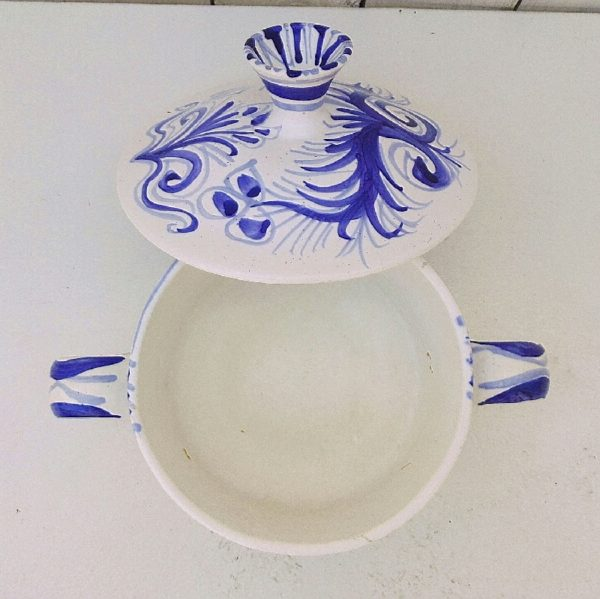 Pot couvert en céramique par Jos le corre aux ateliers le Steïr en Bretagne. Trace de pernette* sur la prise du couvercle et sur le col du pot. Décor floral dans les tons de bleus.Petits défauts de cuisson sur le couvercle. Très bon état. Hauteur avec couvercle : 17 cm Diamètre : 17 cm *Pernette : Une pernette est un support, généralement en argile réfractaire, qui permet d'éviter que les poteries ne se touchent dans le four durant la cuisson