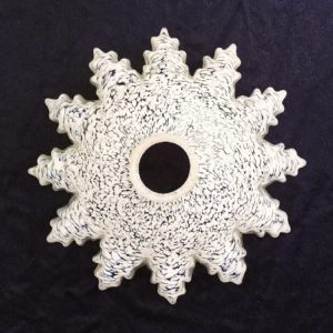 Abat jour en verre de Clichy, de couleur transparent moucheté de blanc. Datant des années 50. Effet plissé et dentelé. Très bon état. Diamètre : 27 cm