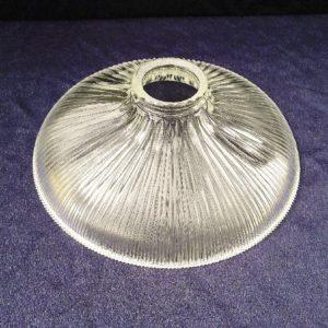 Suspensionen verre strié datant des années 50. De la marque Holophane. La particularité des verres holophane est la très bonne diffusion de la lumière. Excellent état. Diamètre : 23 cm