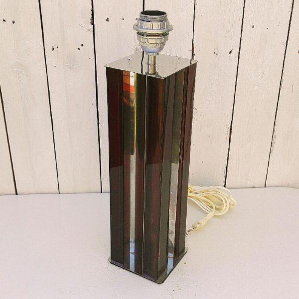 Grand pied de lampe de forme carrée, en plexiglas marron fumé, typique des années 70. Effet miroir sur le dessus et la base du pied de lampe. Electrification d'origine. Quelques rayures sur l'effet miroir ainsi que le plexiglas. Très bon état général. Hauteur avec douille : 44,5 cm dimensions : 10,5 x 10,5 cm