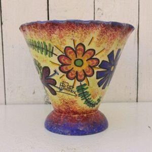 Vase évasé en faïence de Quimper par Paul Fouillen. décor floral sur le contour, signé dans le décor ainsi sous le vase. Quelques micros égrenures sur le col sans gravité. Hauteur : 15 cm Diamètre : 16,5 cm