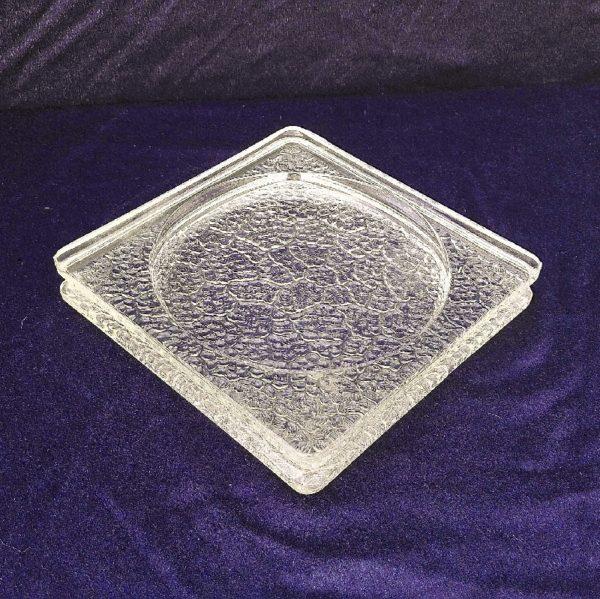 Grand vide poche en verre épais a fond granité faisant penser au travail de Le Corbusier et Charlotte Perriand. Petites rayures d'usage . Excellent état. Hauteur : 3 cm Dimensions : 20 x 20 cm