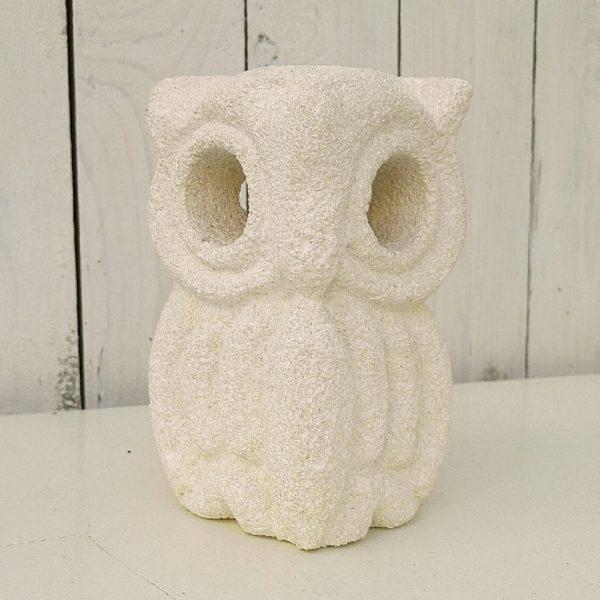 Lampe représentant une chouette ou un hibou, en pierre blanche granitée. Créée par Albert Tormos dans les années 80. Un éclat sur une oreille , électrification d'origine. Signée sur le coté AT Bon état général Hauteur : 17 cm