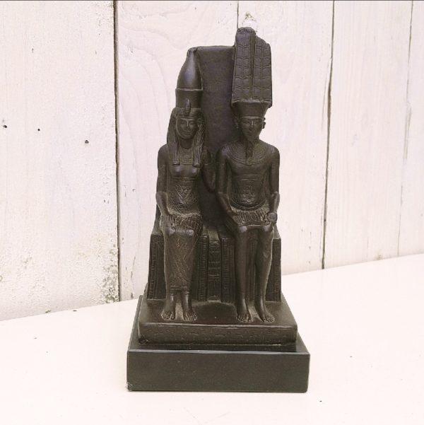 Statuette moulage du Louvre représentant les dieux de Thèbes : Amon et Mout assis sur leur trône. Cachet du musée du Louvre sur le dessous. Quelques petites rayures. Très bon état. Hauteur : 18 cm Dimensions socle : 8,5 x 8,5 cm