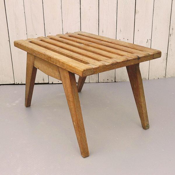 Petite table d'appoint, repose bagages ou bout de lit en bois, pied compas. Datant des années 60. Traces et rayures d'usage. Bon état général. Hauteur: 31, 5 cm. Dimension plateau: 35, 5 X 50 cm.