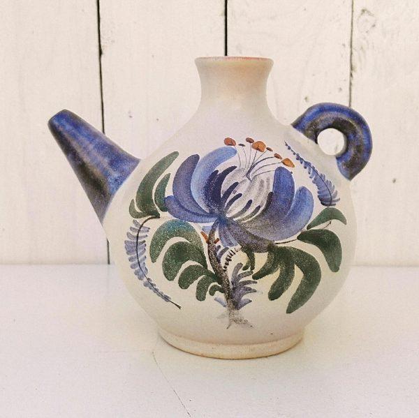 Pichet ou gargoulette en céramique à décor de fleurs , signé Jean de Lespinasse sur le dessous. Très bon état. Hauteur : 17 cm