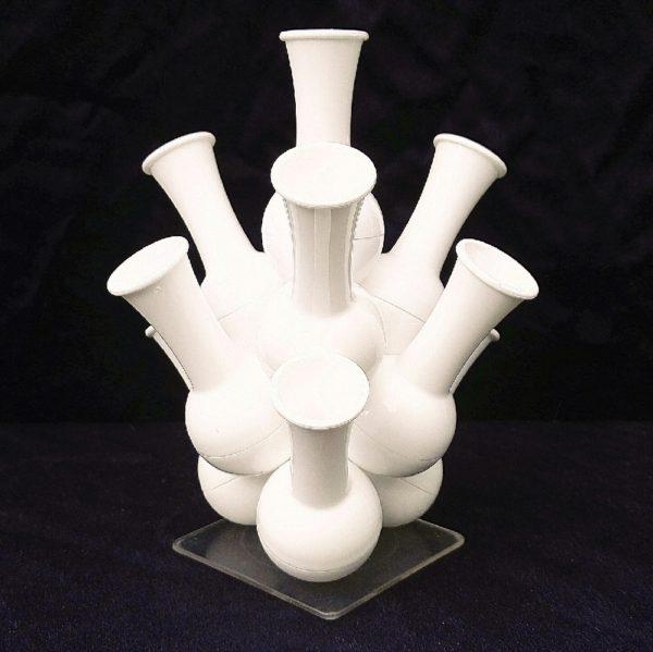 Soliflores empilables sur un socle, datant des années 70, en plastique blanc. Il saura donner un coté pop à votre intérieur. Quelques petites rayures d'usage sans gravité. Très bon état. Hauteur : 19 cm
