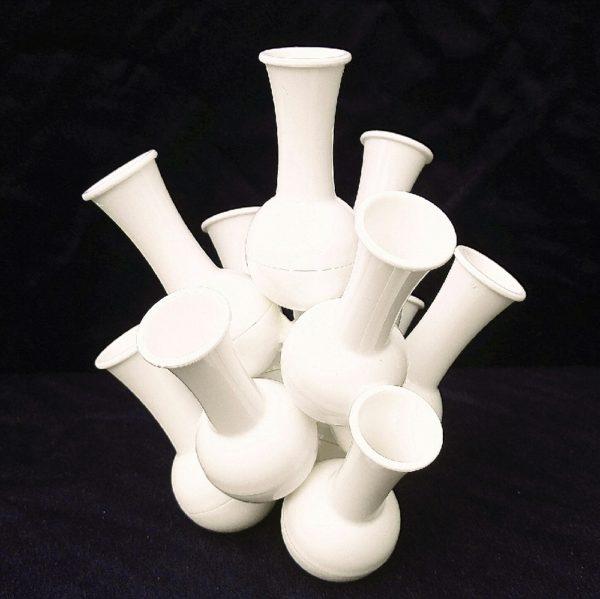 Soliflores empilables, datant des années 70, en plastique blanc. Il saura donner un coté pop à votre intérieur. Quelques petites rayures d'usage sans gravité. Très bon état. Hauteur : 19 cm