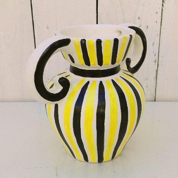 Vase à anse en céramique par Jean de Lespinasse datant des années 60, Décor de rayures noires, jaunes. Non signé. Excellent état. Hauteur : 14 cm